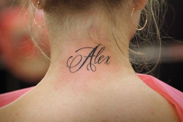 Татуировки именная на шее
