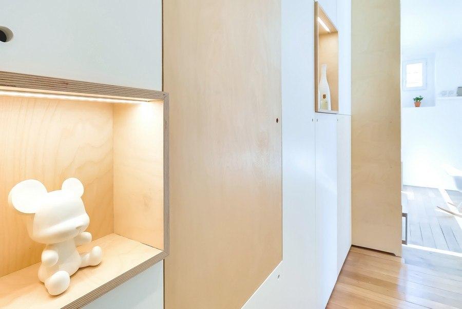 Светлый интерьер квартиры 30 м: кухня развернута и отделяет спальное место.