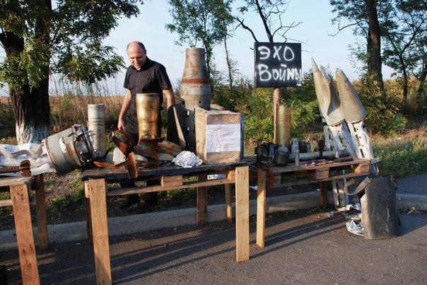 На импровизированной выставке Эхо войны, организованной бойцами макеевского подразделения Меч на блок-посту недалеко от Макеевки
