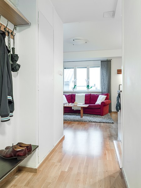 Интерьер небольшой квартиры-студии 30 м с зонированием шкафом.