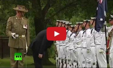 Порошенко поклонился почетному караулу Австралии.