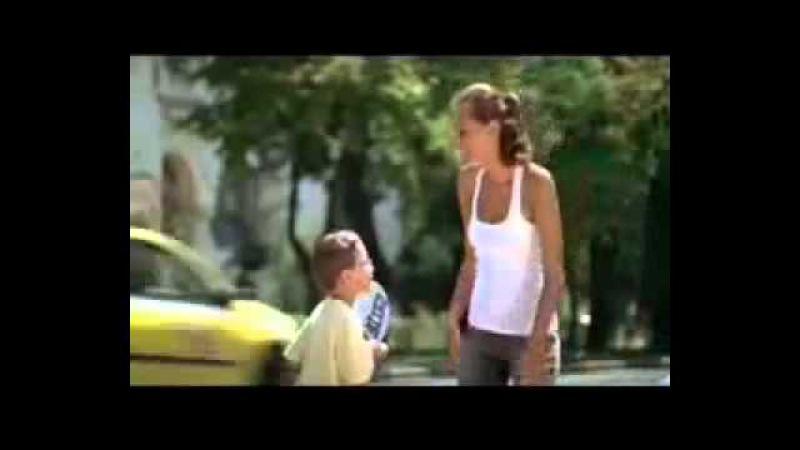 маленький мальчик лезет к девушки в трусы!