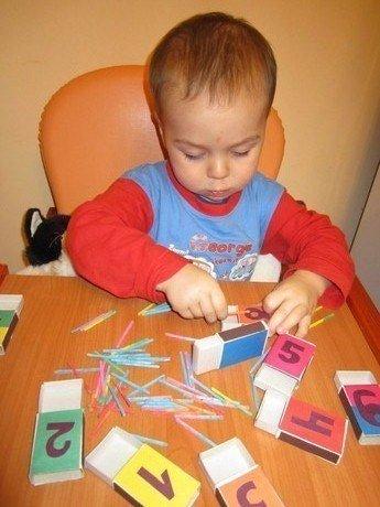 Как научить ребенка считать? С какого возраста учить малыша считать? Всему свое время. Начинать нужно, когда крохе исполнится годик. Ваш ребенок самый умный и сообразительный, но это не значит, что в два года он обязан считать до ста, а в пять лет - бегло и с выражением читать. Считать-то он может, но гарантии, что малыш не воспроизводит числовой ряд, как заученный стишок, нет. ►До года - играем в пальчики. Не начинайте обучение счету с цифр: мозг ребенка к ним ещё не готов. Развивайте…