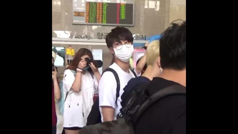 150619 김포공항 출국 방탄소년단 석진 JIN @BTS_twt 석진이 어깨 부딪쳐서 아파여😢 그47000