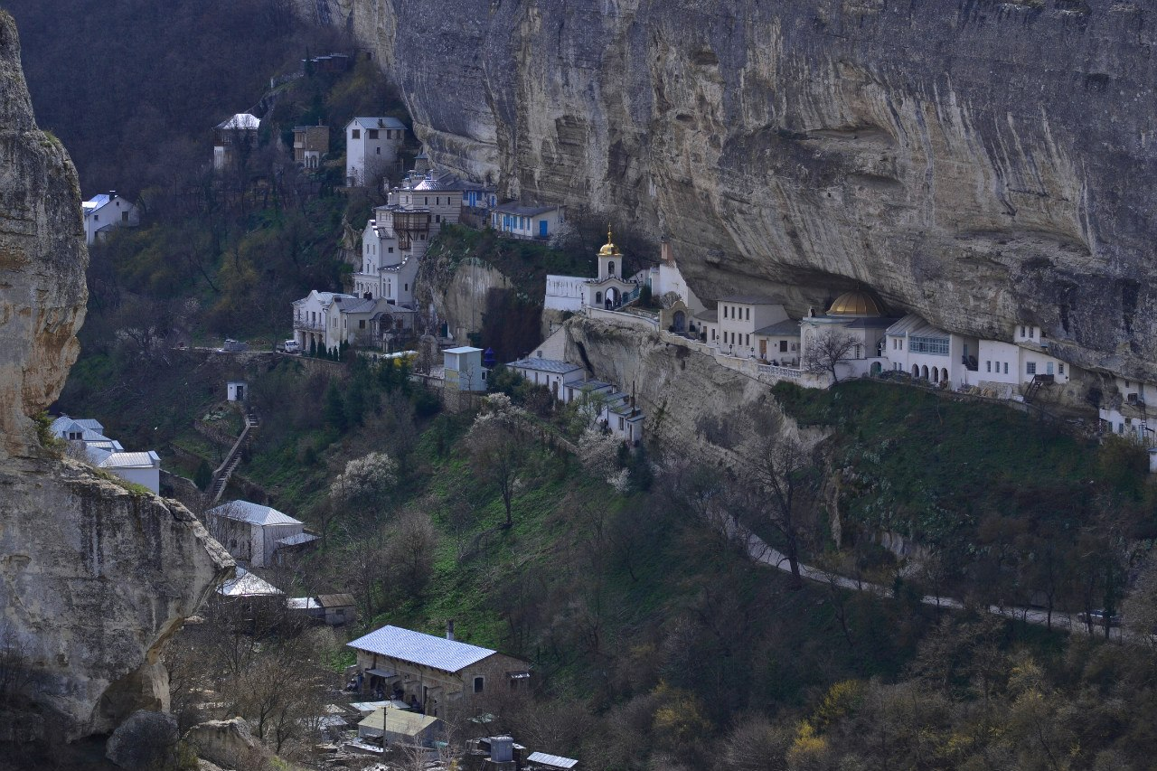 Свято-Успенский монастырь, расположен прямо в скале