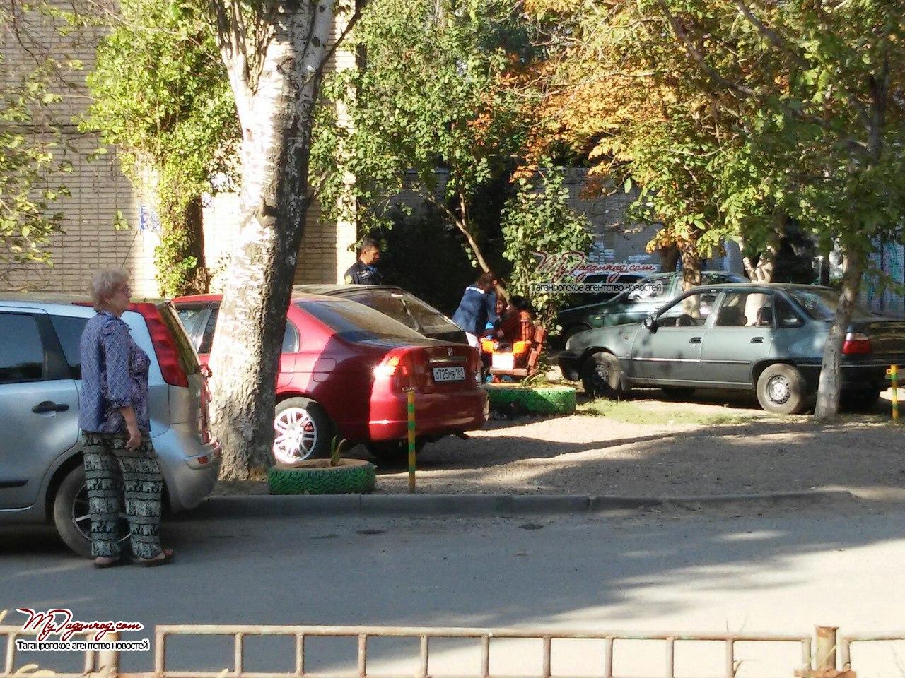 Спасатели Таганрога спали жизнь женщины, сидевшей в окне на 8 этаже и распивающей алкоголь