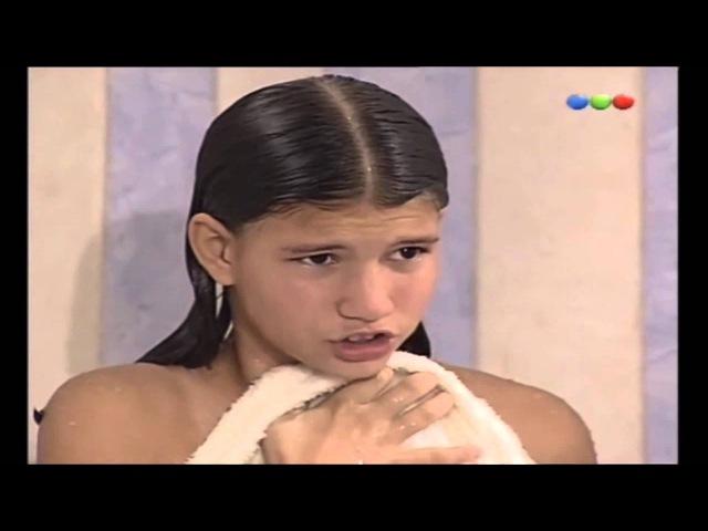 Chiquititas - Yago espía Pato en el baño (Camila e Benjamím Rojas)