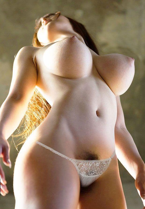 Фото стоячих больших сисек