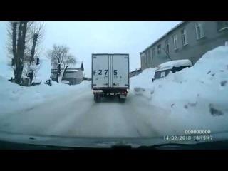 Ой, мамочка у него колесики оторвались)))