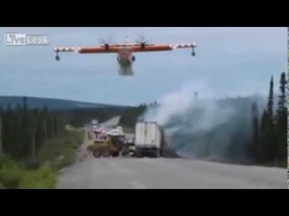 Самолет тушит аварию на трассе, впервые!