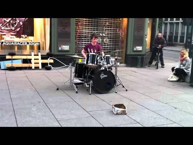 Виртуозный уличный барабанщик