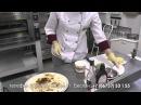 Повар-пиццерист реторана Эрмитаж Залина Кабисова рассказывает как приготовить пиццу.