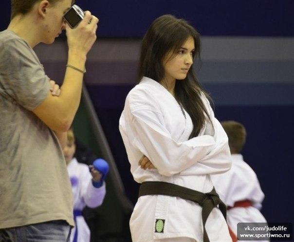 Красивая девушка в кимоно с черным поясом фото 200-514