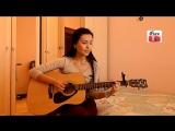 Казашка  поет под гитару.