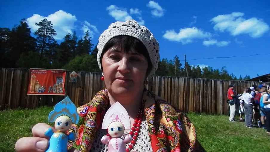 Елена Николаевна  с расписными деревянными куклами