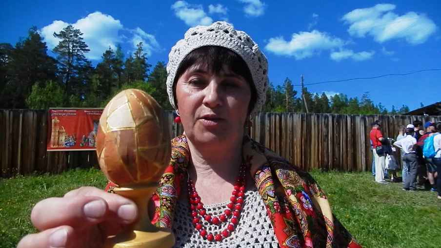 Елена Николаевна  с расписным яйцом