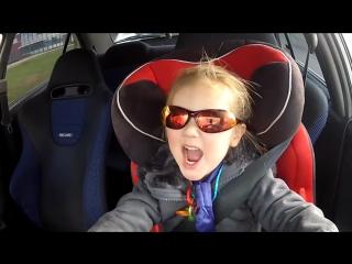 3 летня девочка за рулем Mitsubishi Lancer Evo 6 в 320 кабыл
