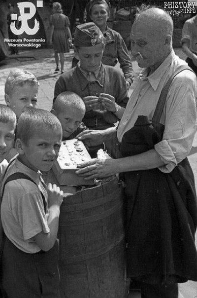 Дети осматривают коллекцию орденов и медалей. Варшава. Генерал-губернаторство Польша. Третий Рейх. Август 1944 года.