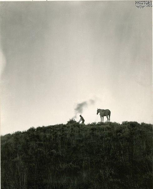 Индеец посылает дымовые сигналы. Штат Монтана. США. Июнь 1909 года.