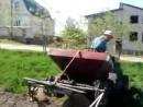 самодельный трактор и картофелесажалка.