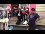 Забавный толстяк и танцевальный игровой автомат