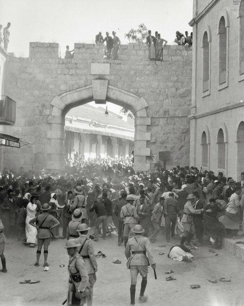 Полицейский кордон на пути арабской демонстрации. Иерусалим. Британский мандат в Палестине. 1933 год.