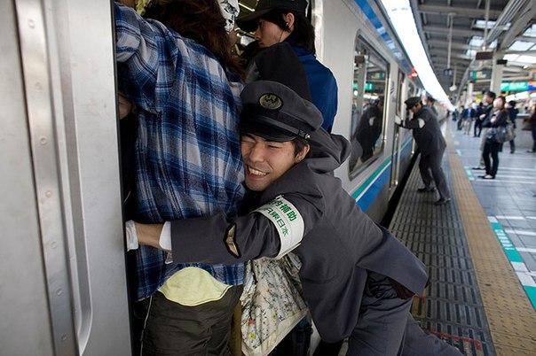 Японское метро, давка в метро, трогают за попу в транспорте,