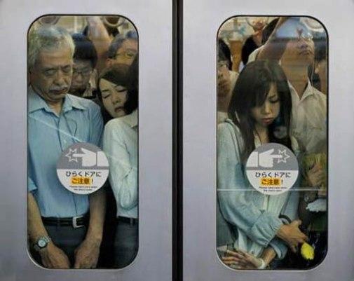 японки в метро, азиатки в метро, щупают девушек в давке в метро,