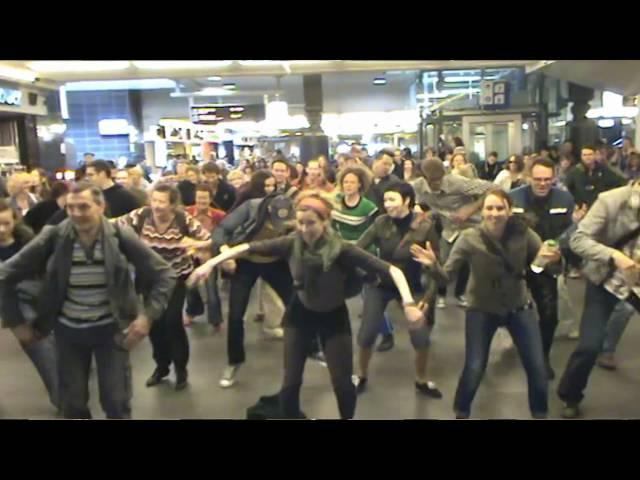 Flashmob lindyhop Shim Sham Amsterdam centralstation