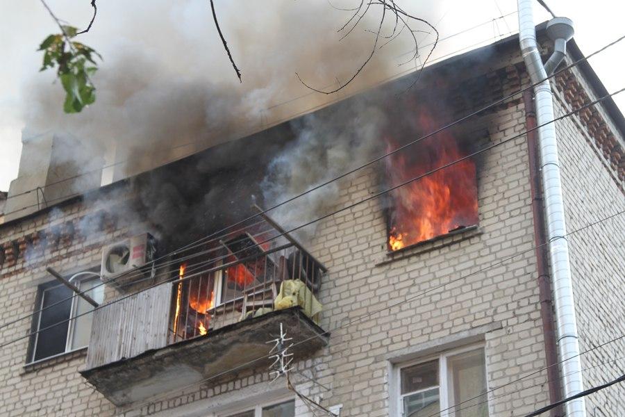 В Таганроге на улице Циолковского произошел пожар в пятиэтажке, спасли около 40 жильцов