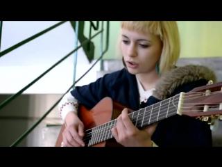 Девчонка классно поет под гитару в подъезде. Песни под гитару