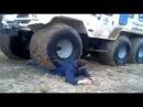 Трактор переехал парня! Tractor Man moved! トラクターの男が移動!拖拉機男人感動!