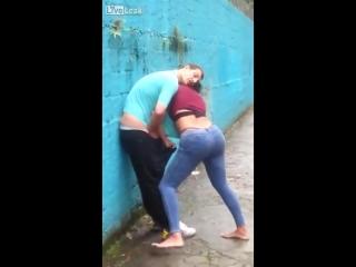 -Пьяная баба пытается изнасиловать мужика-