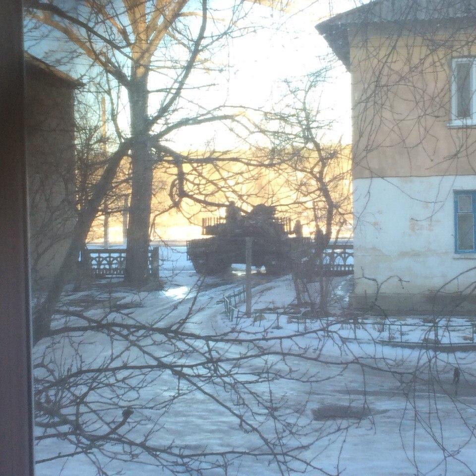 Танк ВСУ между домами г Счастье. Около часа назад.
