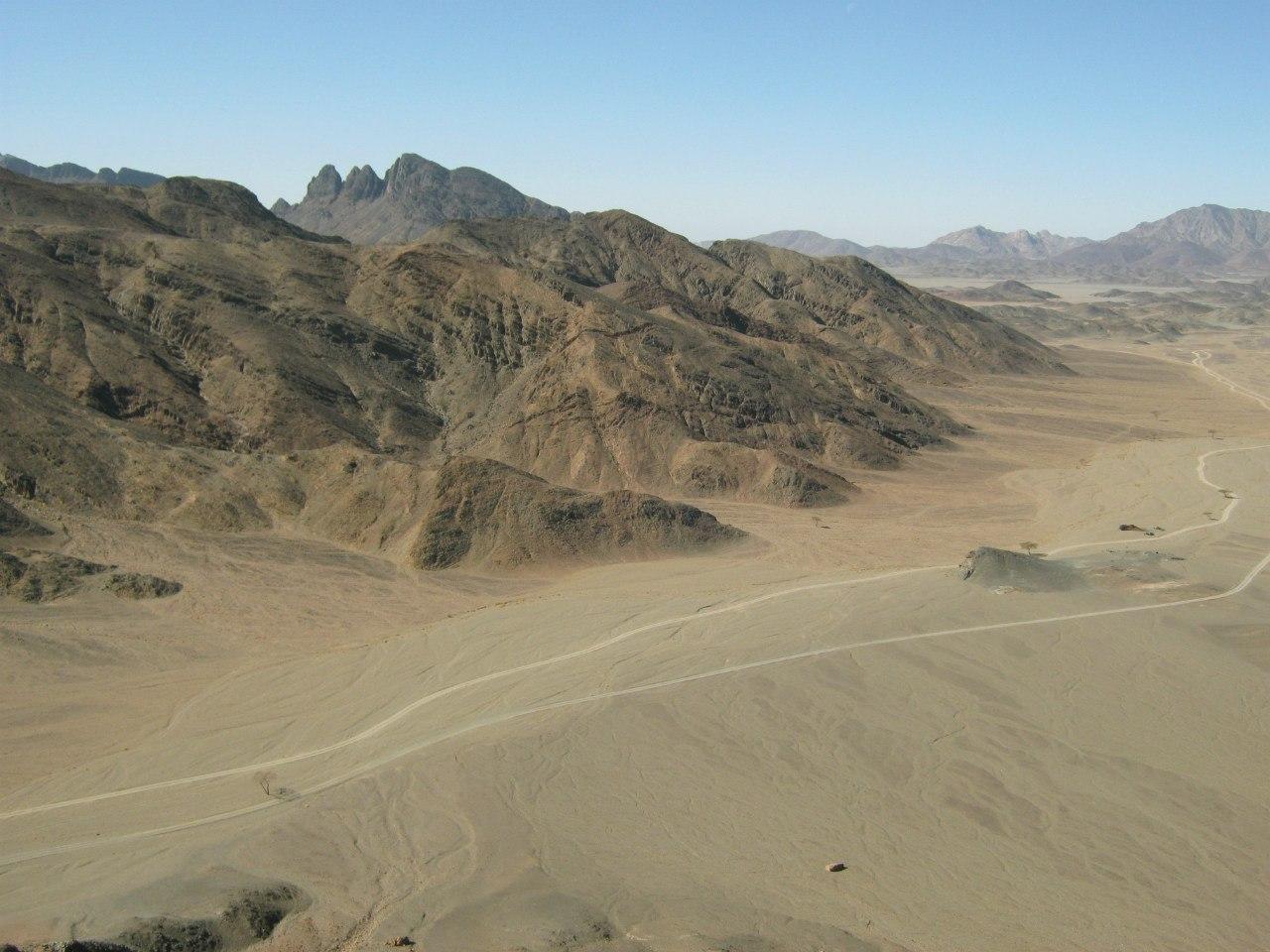 Следы от колёс машин в пустыне
