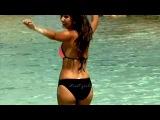 Красивая девушка бежит купаться на пляже