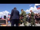 Захарченко на костылях пришел на место падения малазийского Боинга
