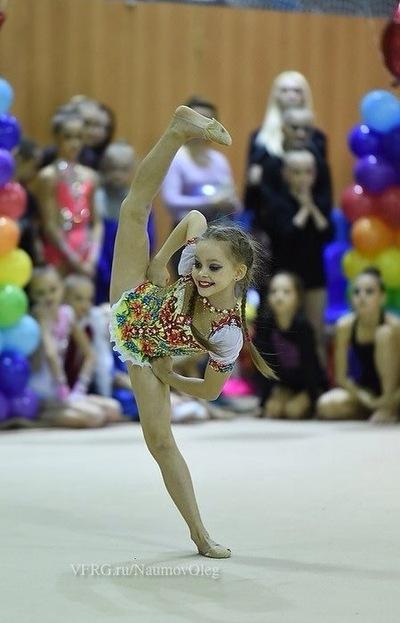 По пинуждению гимнастка