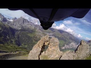 Бейсджампер пролетел через двухметровую дыру в скале