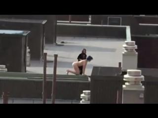 Сидеть на крыше без трусов для женщин неприлично но кто бы что не говорил все сморится отлично