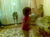 Маленькая девочка ругает родителей