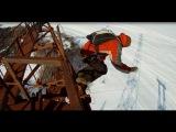 Конаково, Россия. Парень бейсджампер и его товарищ (оператор) забрались на 120 метровый вышку, откуда планировалось сделать прыжок с парашютом. И все бы хорошо, но парашют не раскрылся. В результате смельчак просто влетел в планету Земля. Самое странное э