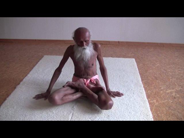 101 Jahre alt - Yogi Swami Yogananda präsentiert seine Beweglichkeit