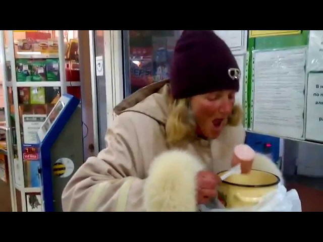 Бабка Ленка жрет колбасу в магазине прикол г Пушкино