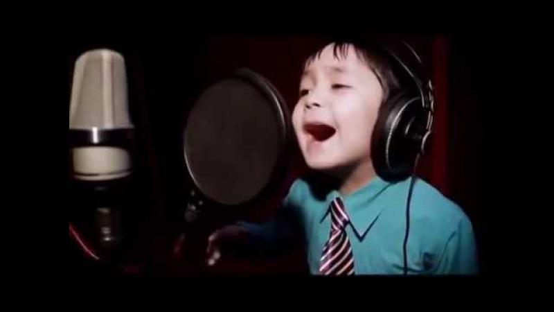 Niesamowity Chłopiec śpiewa