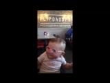 Маленькой девочке купили очки и она смогла впервые в жизни хорошо разглядеть лица своих родителей! Ее реакция бесценна. Счастье
