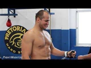 Дос Сантос спаррингует с олимпийским боксёром