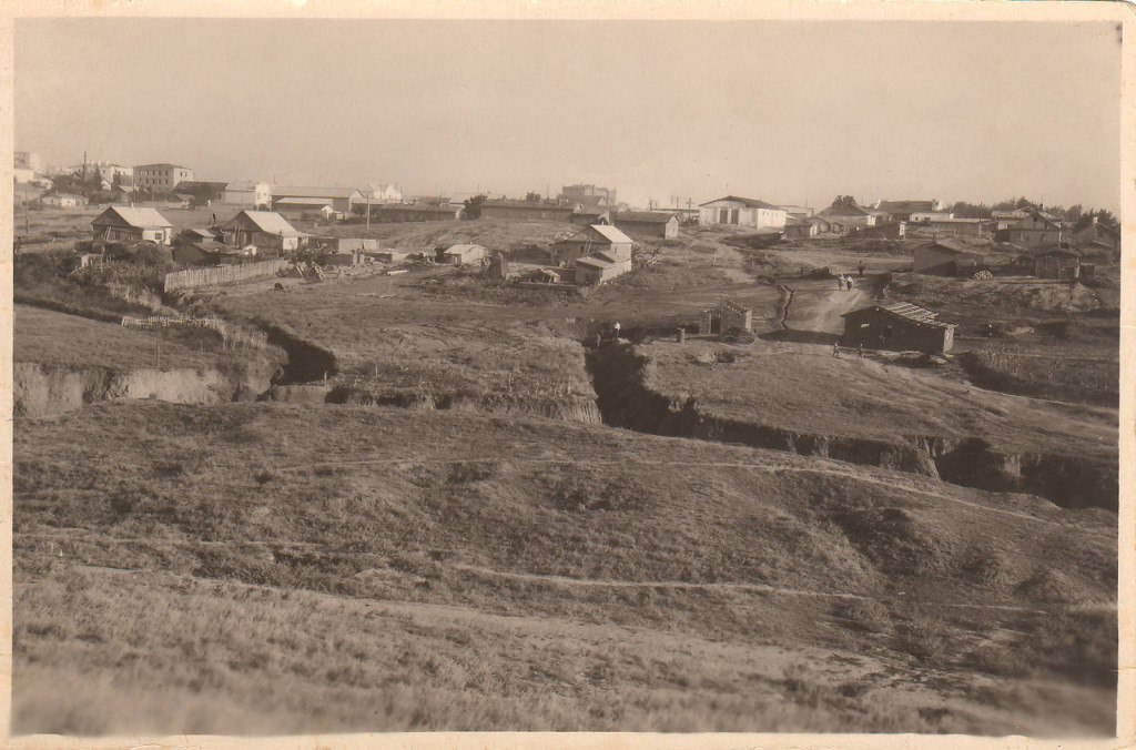 Застройка Троицкого переулка (ныне пер. Бр. Алехиных). На горизонте в середине - Красный дом. 1958 год.