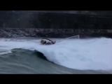 Яхту опрокинуло гигантской волной