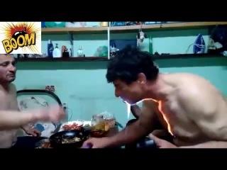 Мужик пьет горящую водку!!!! Men drink flaming vodka !!!!